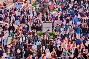 times-sqaure-crowd-by-divya-thakur-via-flikr