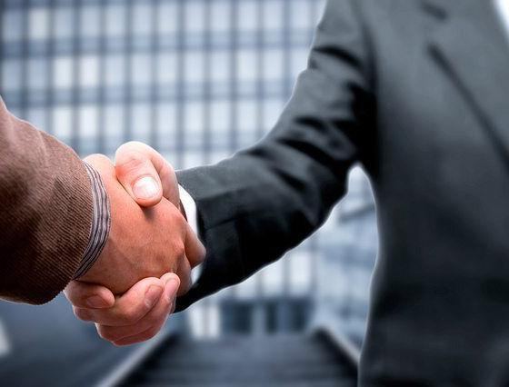 Handshake by corporate traveller via flickr