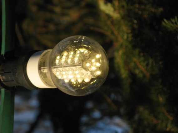 led_lamp_on_christmas_tree_2009